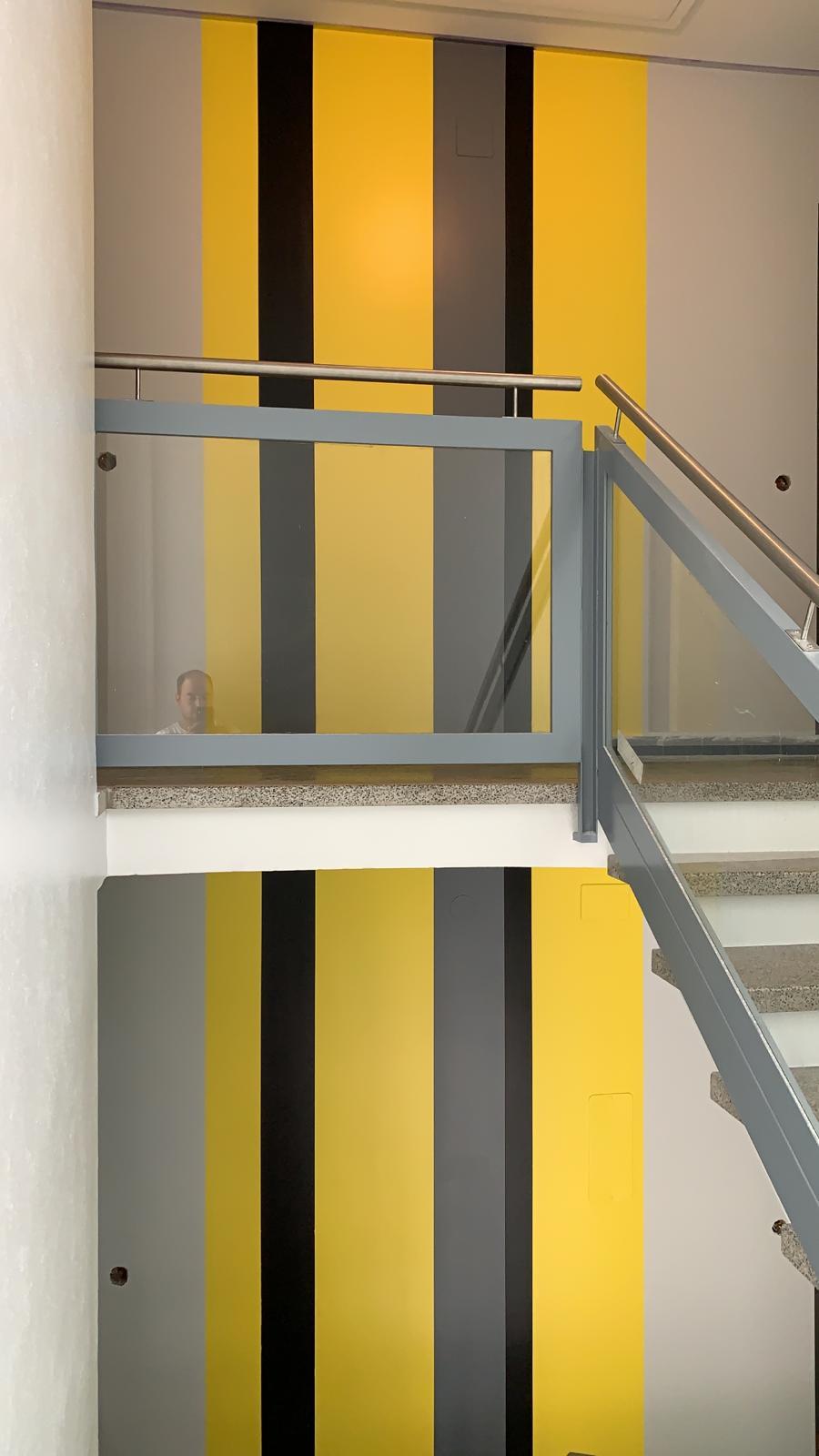 Exécution en peinture satinée de bandes décoratives qui d'un étage à l'autre sont parfaitement alignées