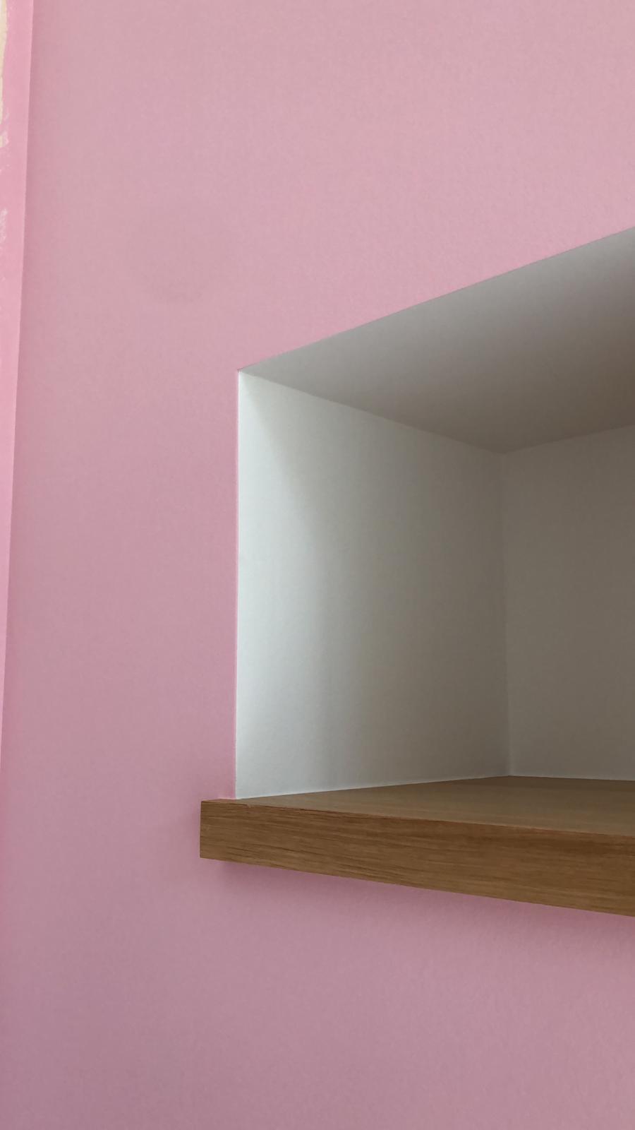 Décor en peinture acrylique mate sur une face de mur dans une chambre d'une fille