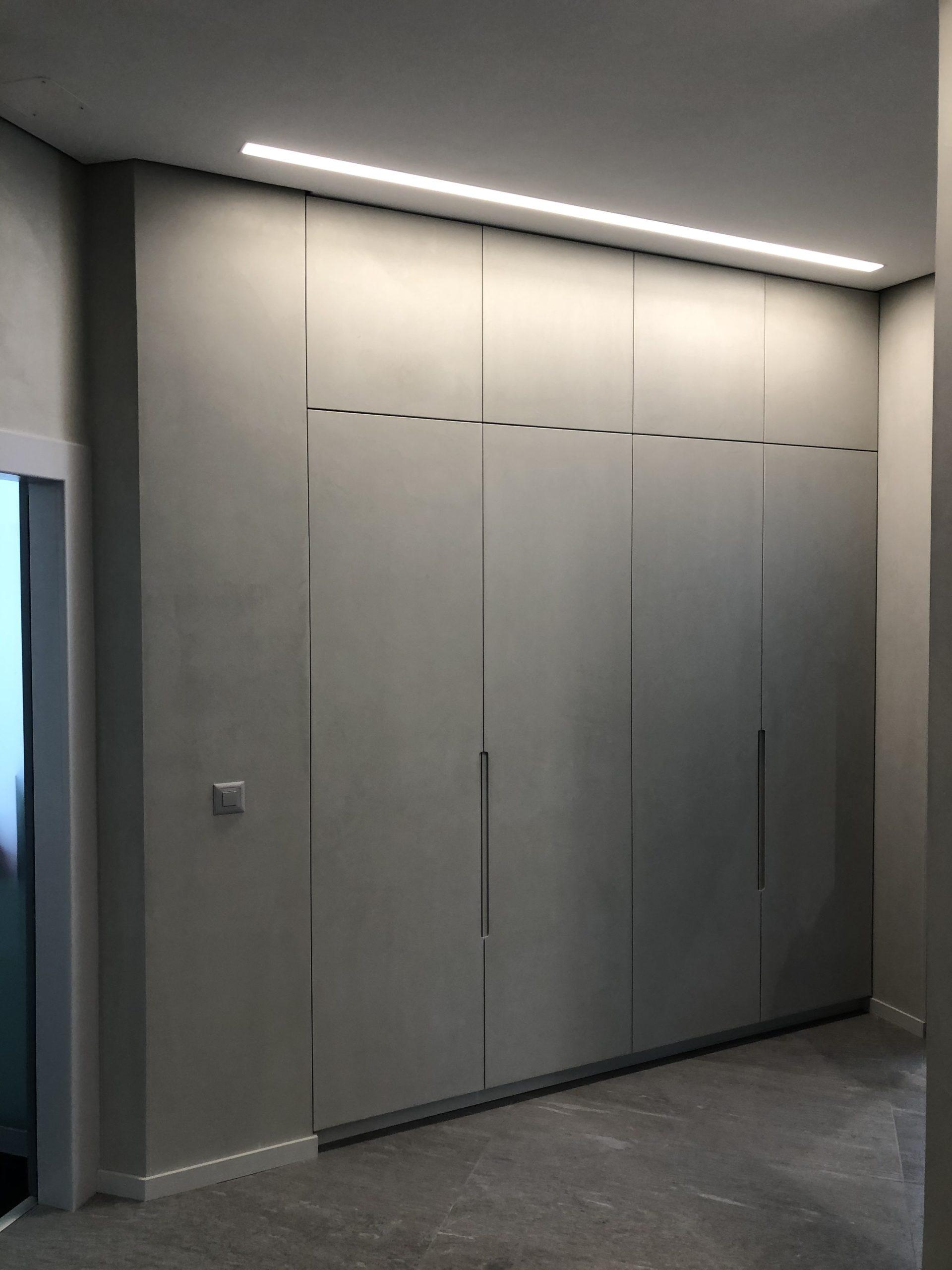 Portes d'armoires recouvertes également par l'enduit à la chaux