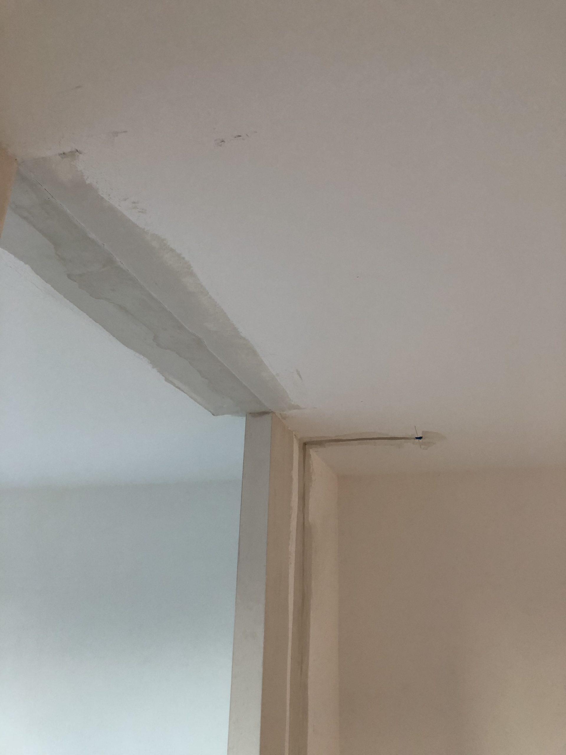 raccord au plâtre en plafond de l'ancienne cloison
