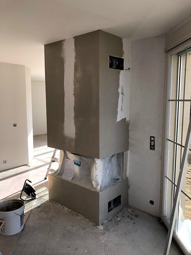 La hotte de la cheminée sera entièrement lissé au plâtre avec la pose de fers d'angles