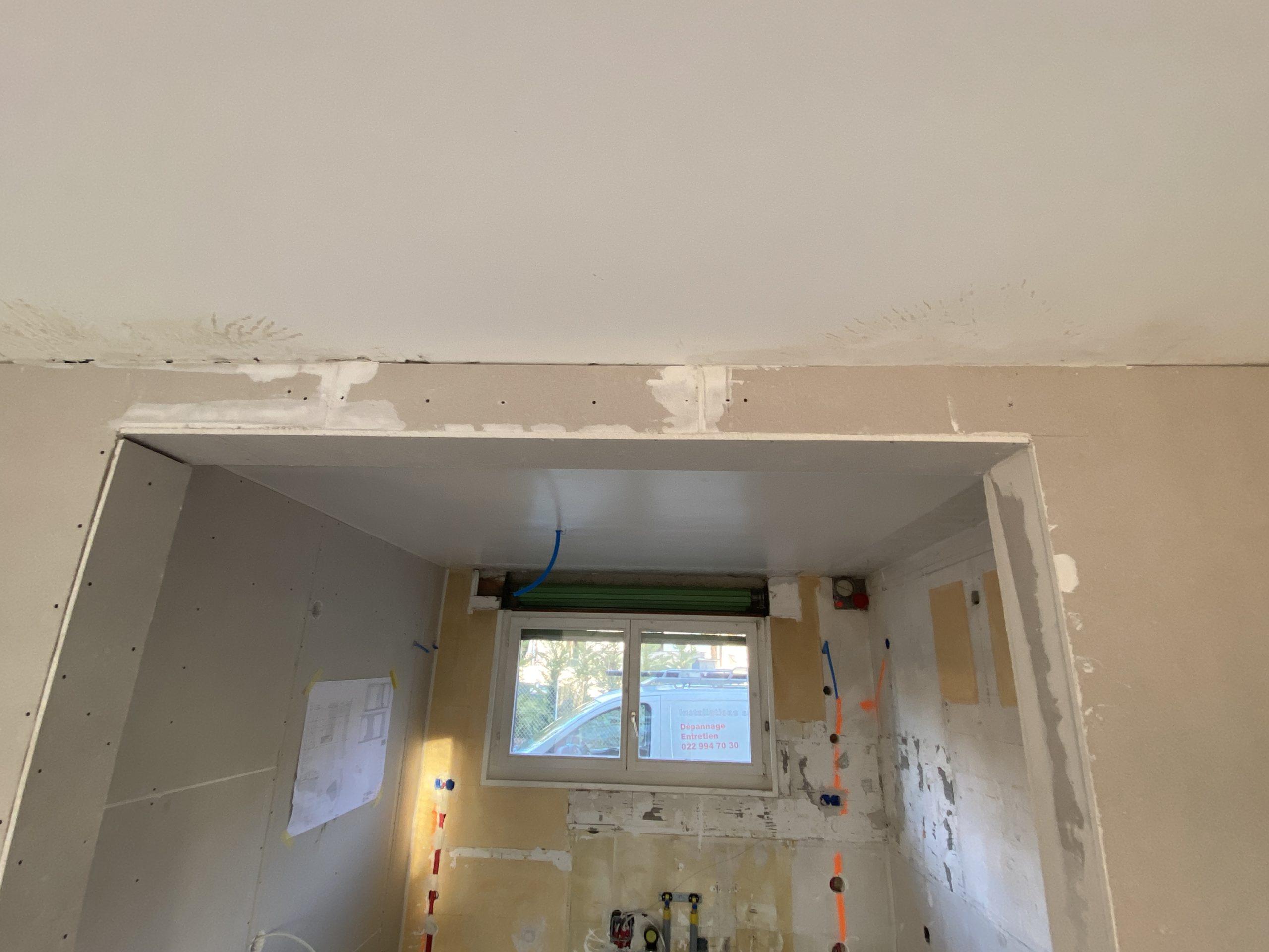 """Montage de plaques de plâtre cartonnées sur une ossature métallique pour cacher une poutrelle """"DIN"""" en métal et façon d'embrasure suite à l'ouverture sur un mur porteur"""